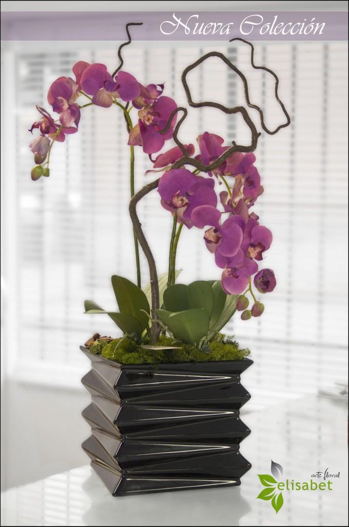 Orquídea fucsia en base de cerámica.