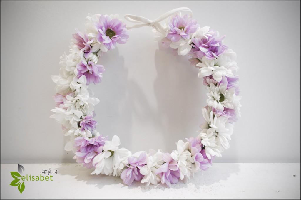 Corona de flores naturales.