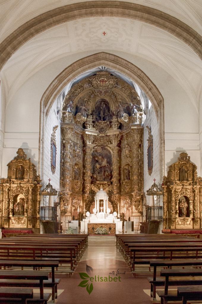 Iglesia-de-Santiago-Pasillo-bancos-elisabet-arte-floral-bodas
